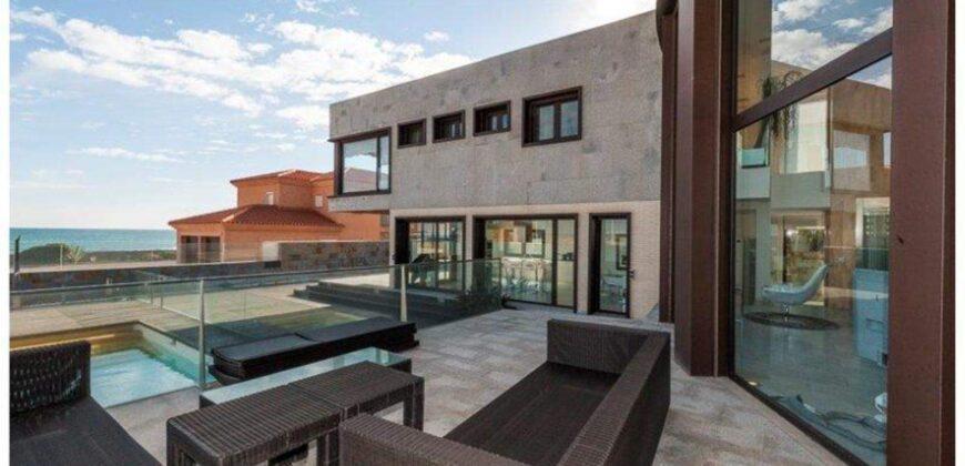 Beautiful Designed Villa Right Next To The Beach